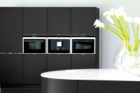 Geräte in einer schwarzen Küche