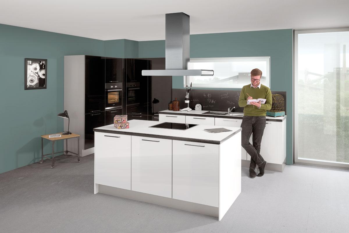 Eine Person steht in der Küche