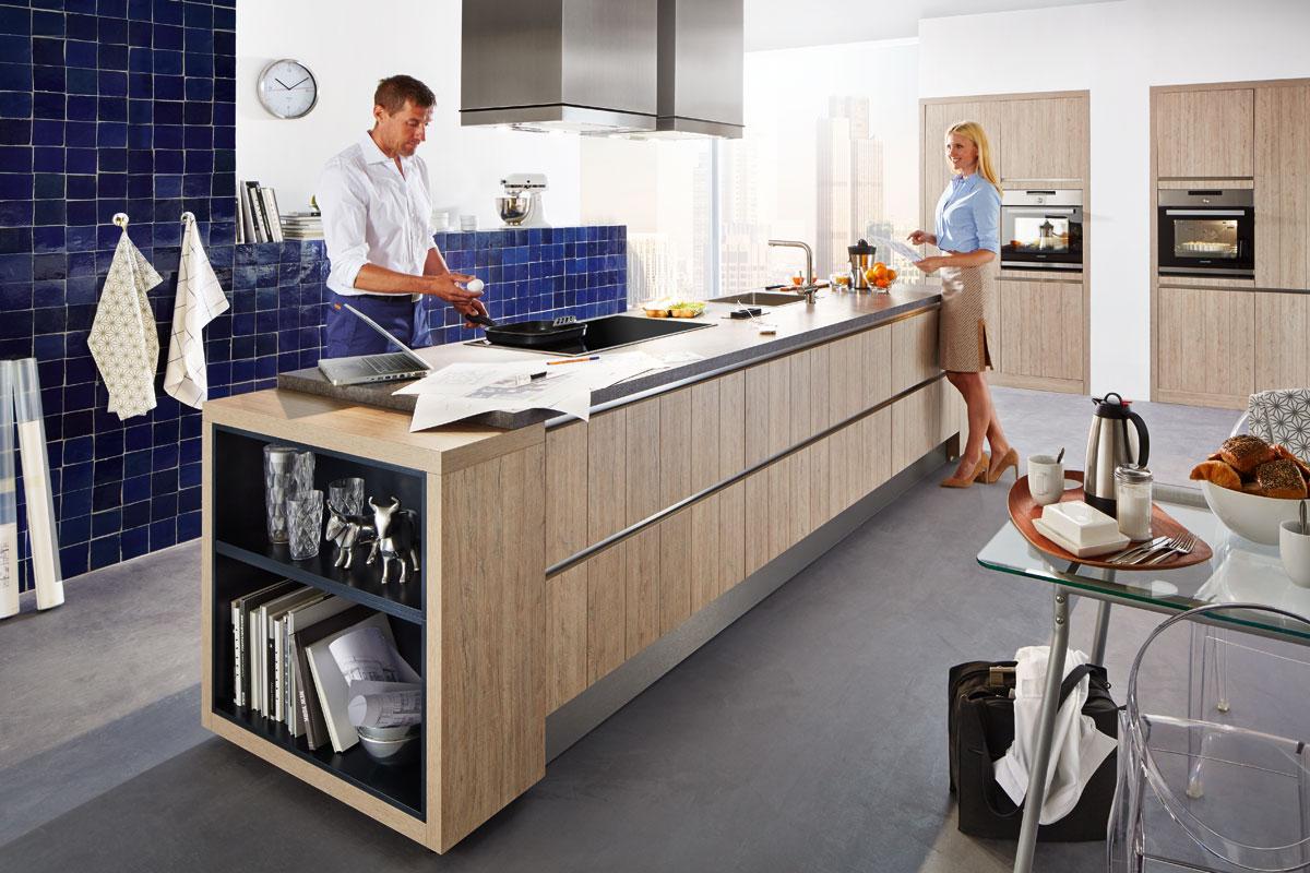 Zwei Personen in einer Küche